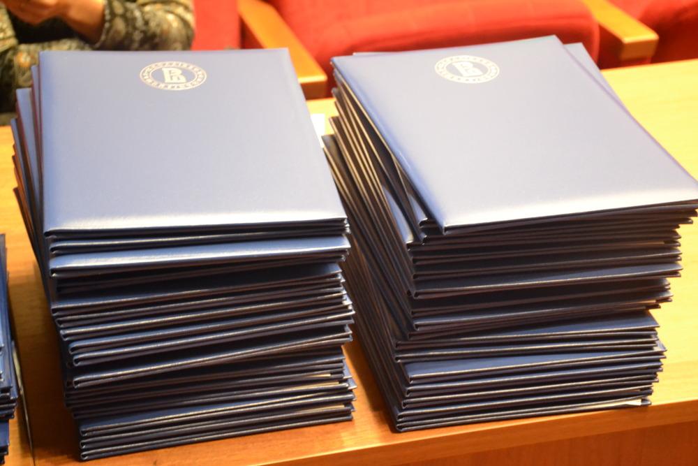 выпускника НИУ ВШЭ Нижний Новгород получили дипломы из рук  Среди выпускников НИУ ВШЭ Нижний Новгород немало выпускников которые уже стоят наверху карьерной лестницы однако останавливаться на достигнутом не